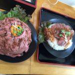 肉丼総本山ローストビーフ丼と、ステーキ丼。どちらもお肉がやわらかくて美味しかった
